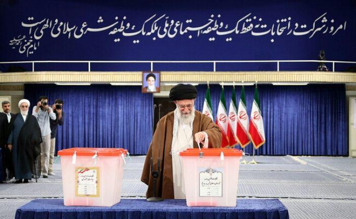 رهبر معظم انقلاب اسلامی در اولین دقایق آغاز رأی گیری: مردم با دقت، ملاحظه و شناخت در انتخابات شرکت کنند